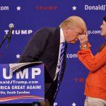 مری مارگارت بنیستر یکی از طرفداران ترامپ موی او را بازبینی می کند تا ببیند واقعی است یا نه!  عکس از ریچارد شایرو - آسوشیتد پرس
