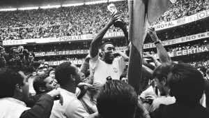 پله پس از پیروزی برزیل بر ایتالیا در جام جهانی ۱۹۷۰ - مکزیک