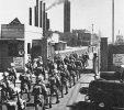 سربازان هندی ارتش بریتانیا در ورود به پالایشگاه آبادان