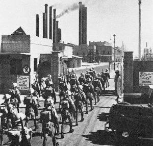 ۱۹۴۱: سربازان هندی ارتش بریتانیا پس از اشغال آبادان وارد پالایشگاه می شوند